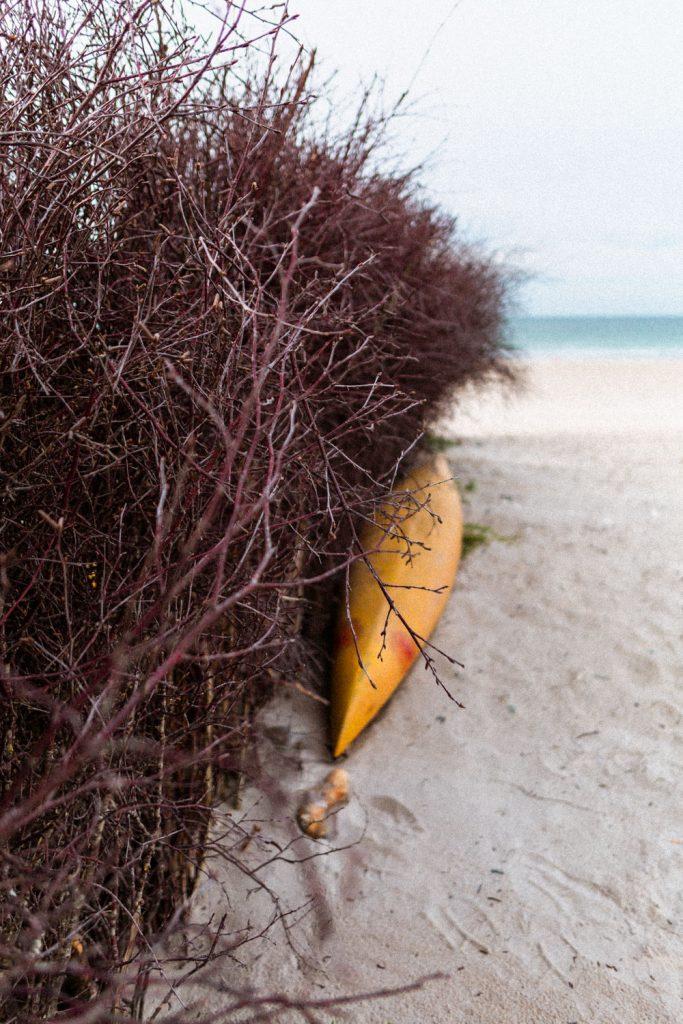 Ein verlassenes Kajak am Strand von Helgoland